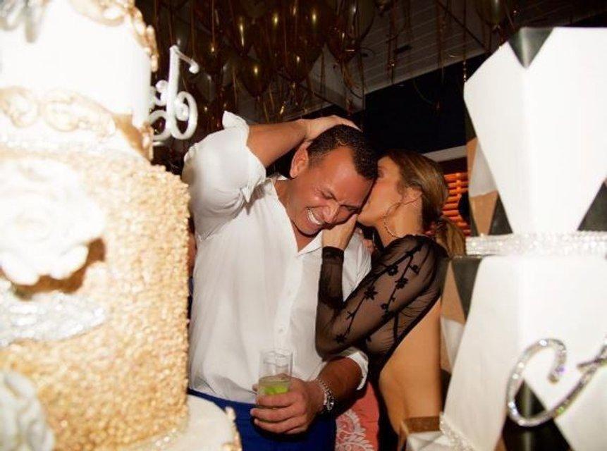 Джей Ло пришла на праздник в прозрачном платье без нижнего белья - фото 60381