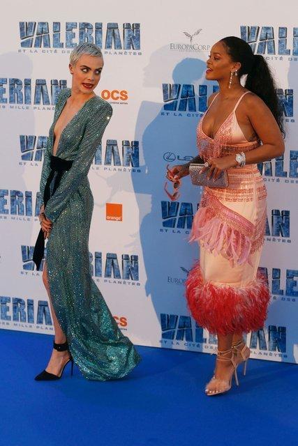 Кара Делевинь и Рианна похвастались откровенными нарядами - фото 60886