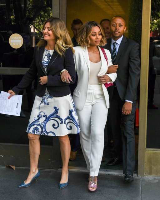 Блек Чайна и ее адвока после суда - фото 56933