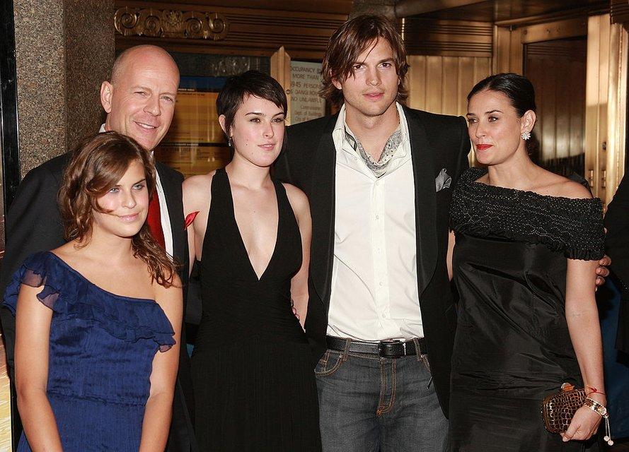 Деми Мур с дочками, Брюс Уиллис и Эштон Катчер  - фото 61381