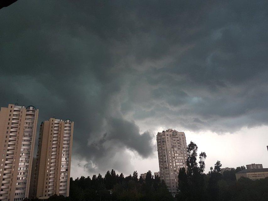 Апокалипсис сегодня: киевляне показали эпичные фото невероятной грозы - фото 61363