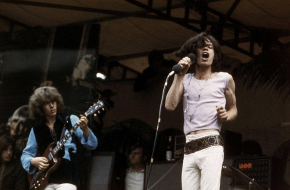 Мику Джаггеру исполнилось 74 года: лучшие фотографии рок-звезды - фото 60989