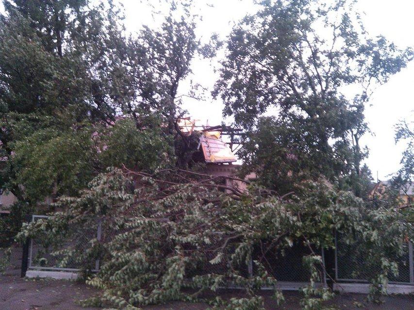 В Черкасской области ураган срывал крыши и заборы воинской части - фото 55525