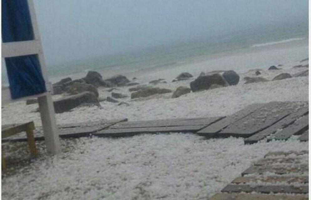 Пляж Лазурного накрыло градом - фото 55735