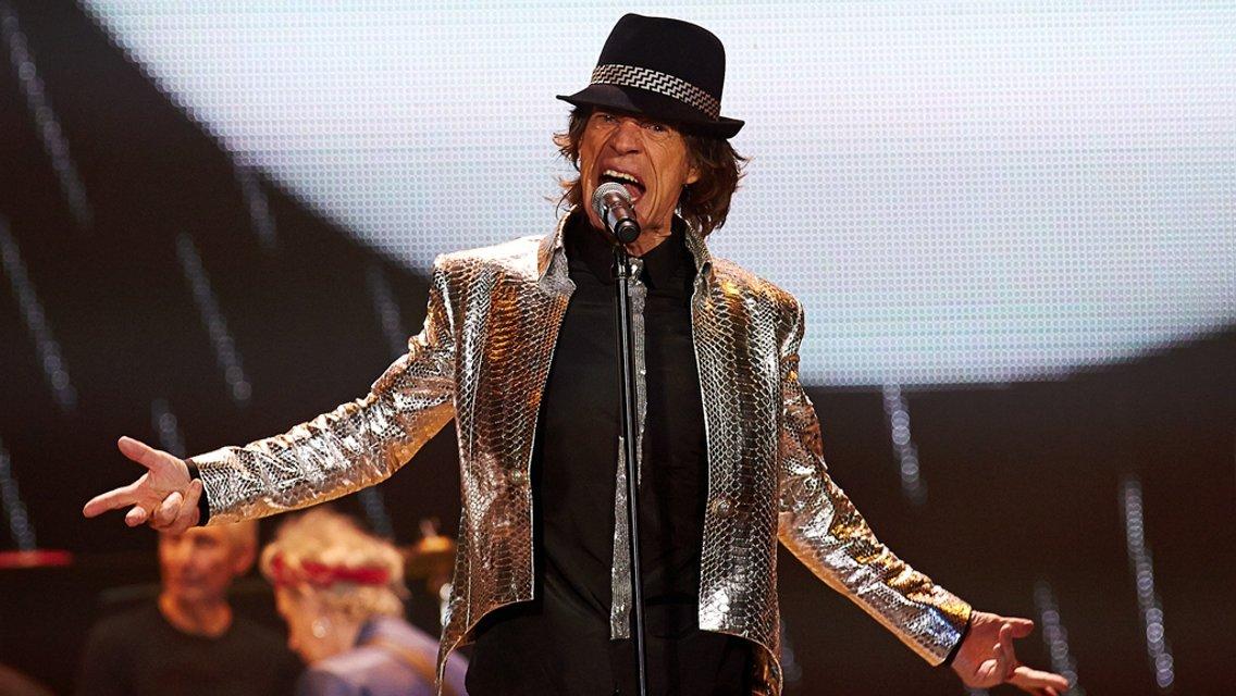 Мику Джаггеру исполнилось 74 года: лучшие фотографии рок-звезды - фото 60992