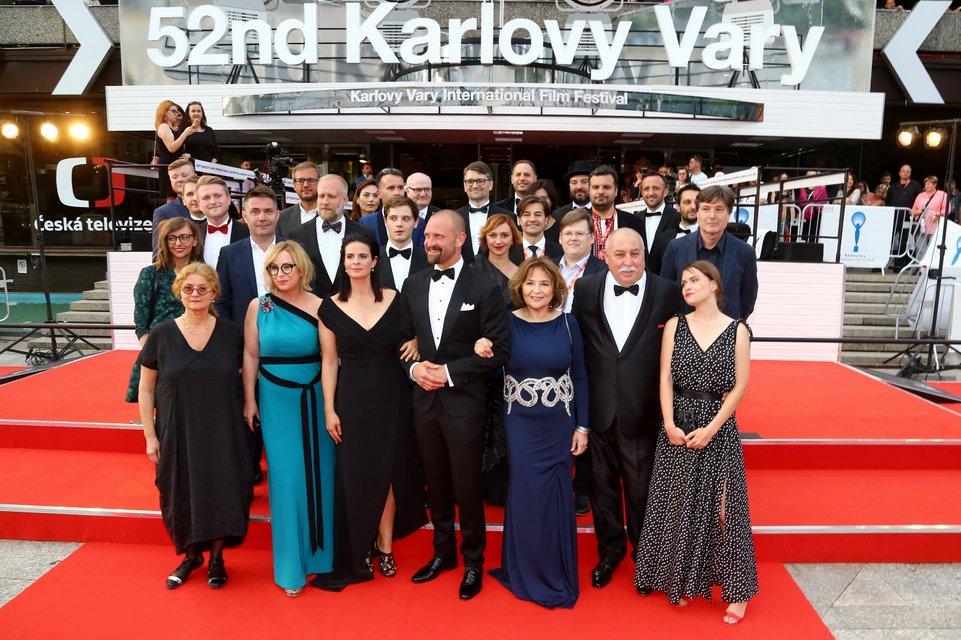 Украинская делегация на красной дорожке фестиваля в Карловых Варах - фото 57447