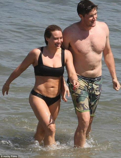 Хилари Дафф и Эли Сандвик на пляже Малибу - фото 56981