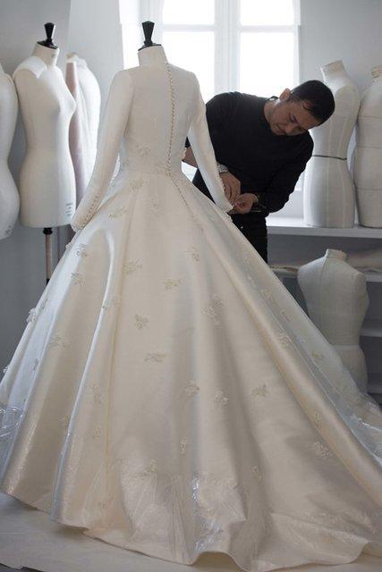 Появилось видео созданиясвадебного платья Миранды Керр - фото 60739