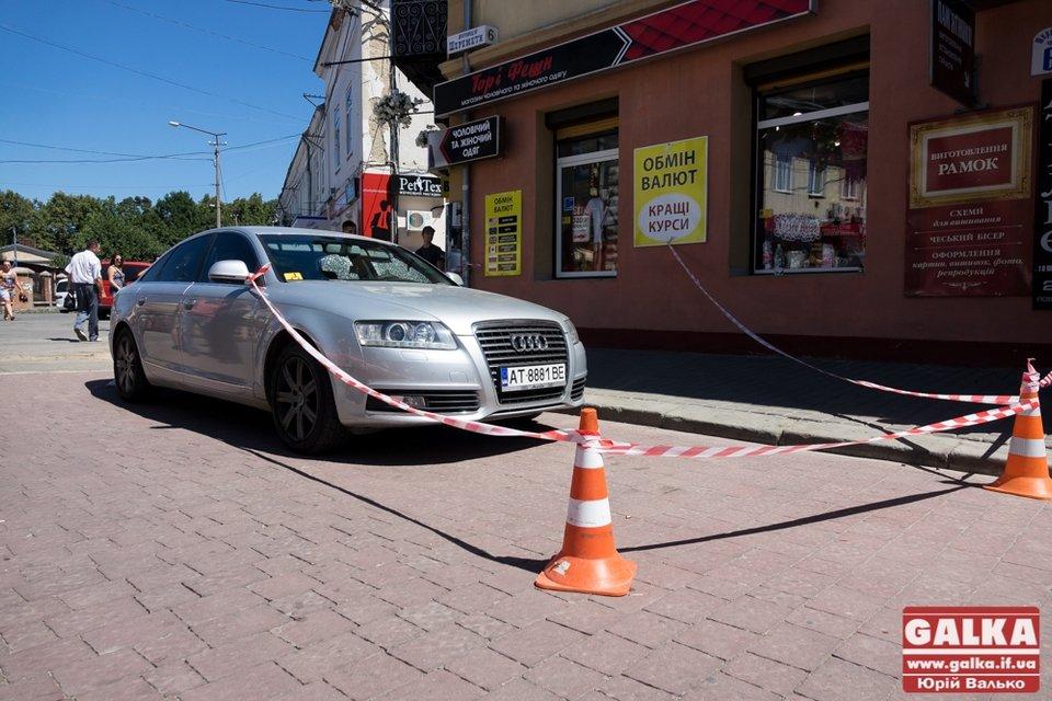 В центре Ивано-Франковска неизвестный расстрелял автомобиль - фото 62129