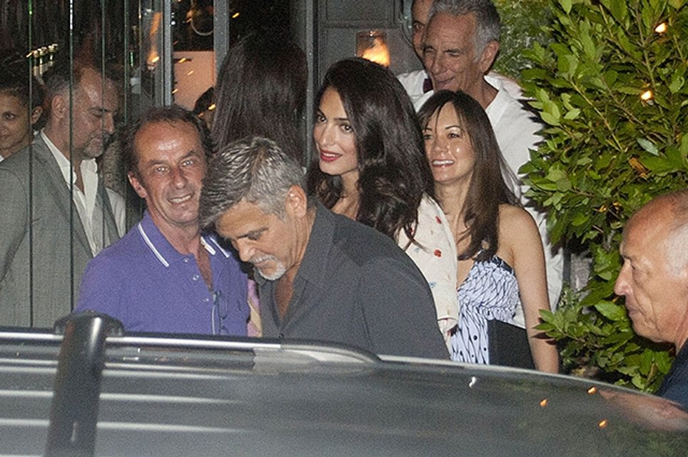Джордж и Амаль Клуни на выходе из ресторана Gatto Nero на озере Комо - фото 57413