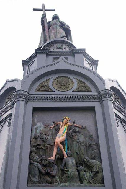 Путин убивает: активистка FEMEN осквернила памятник Владимиру - фото 61405