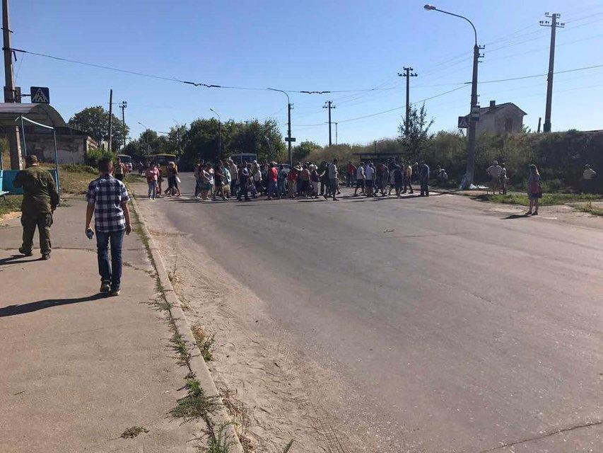 Жители Лисичанска блокируют дороги из-за отсутствия воды - фото 59161