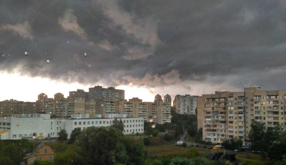 Апокалипсис сегодня: киевляне показали эпичные фото невероятной грозы - фото 61362