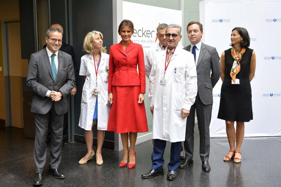 Мелания Трамп в госпитали Неккер - фото 57749