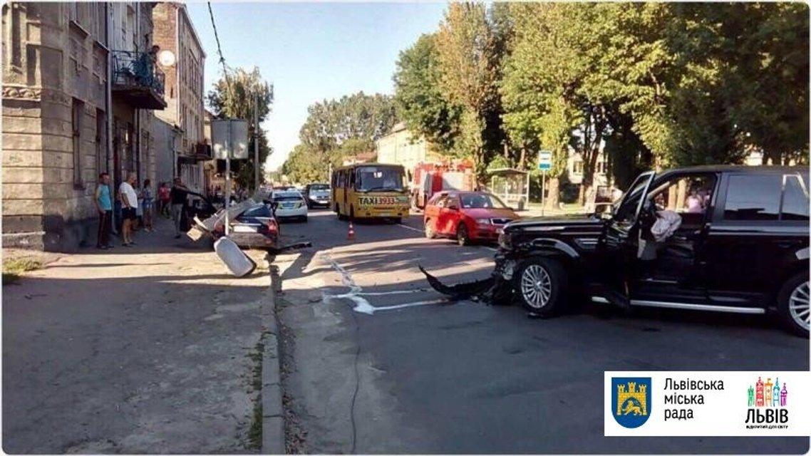 Во Львове столб раздавил автомобиль с водителем - фото 62187