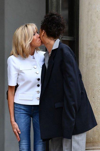 Рианна в большом мужском костюме встретилась с первой леди Франции Брижит Макрон - фото 61153