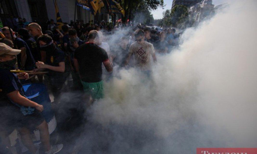 Дымовая шашка под Верховной Радой - фото 57565