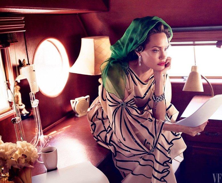 Анджелина Джоли рассказала о жизни после развода с Брэдом Питтом - фото 61208