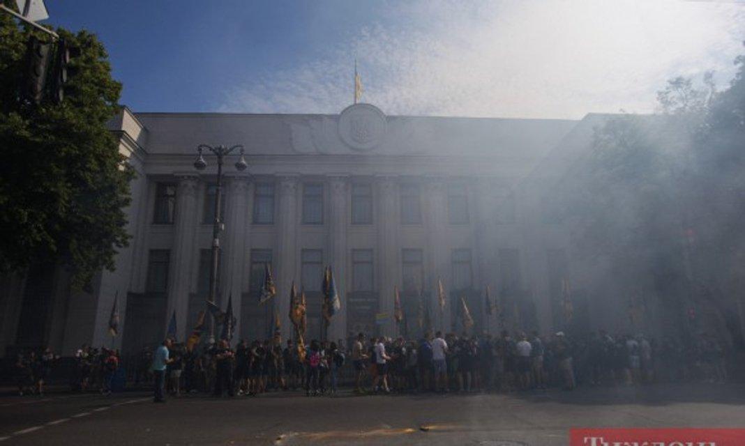 Около 300 чловек протестует под Верховной Радой - фото 57566