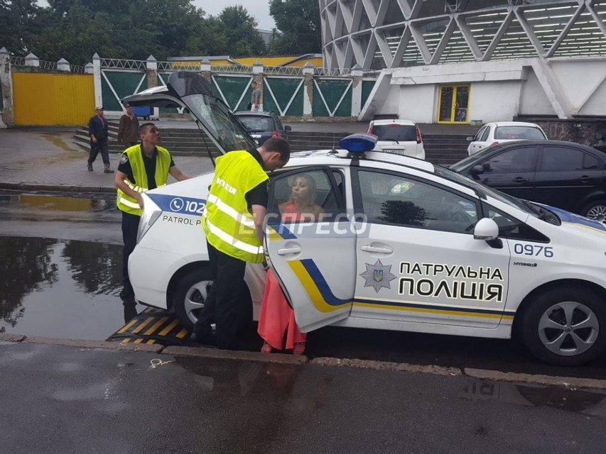 Пьяная пара на Range Rover протаранила несколько авто и пыталась скрыться - фото 57756