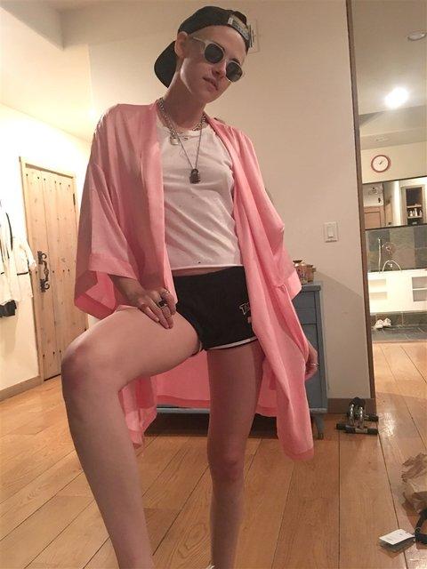В сеть слили интимные фото голых Кристен Стюарт, Майли Сайрус и Стеллы Максвелл - фото 68746