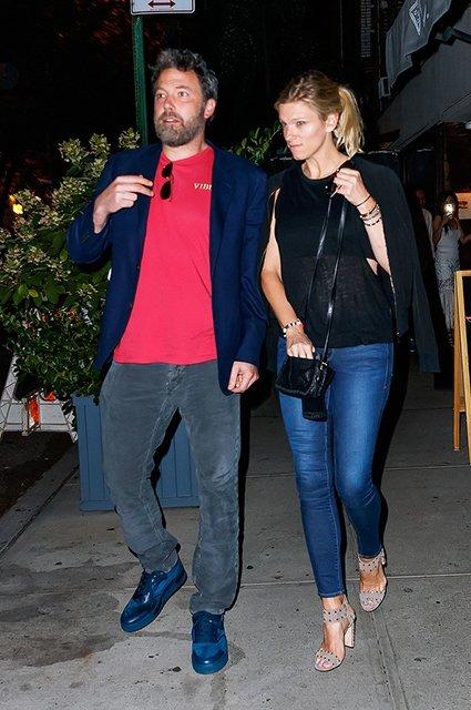 Бен Аффлек и Линдсэй Шукус застали на прогулке в Нью-Йорке - фото 68553