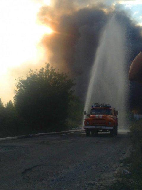 В Днепре сильный пожар на складах перекинулся на жилые дома - фото 67952