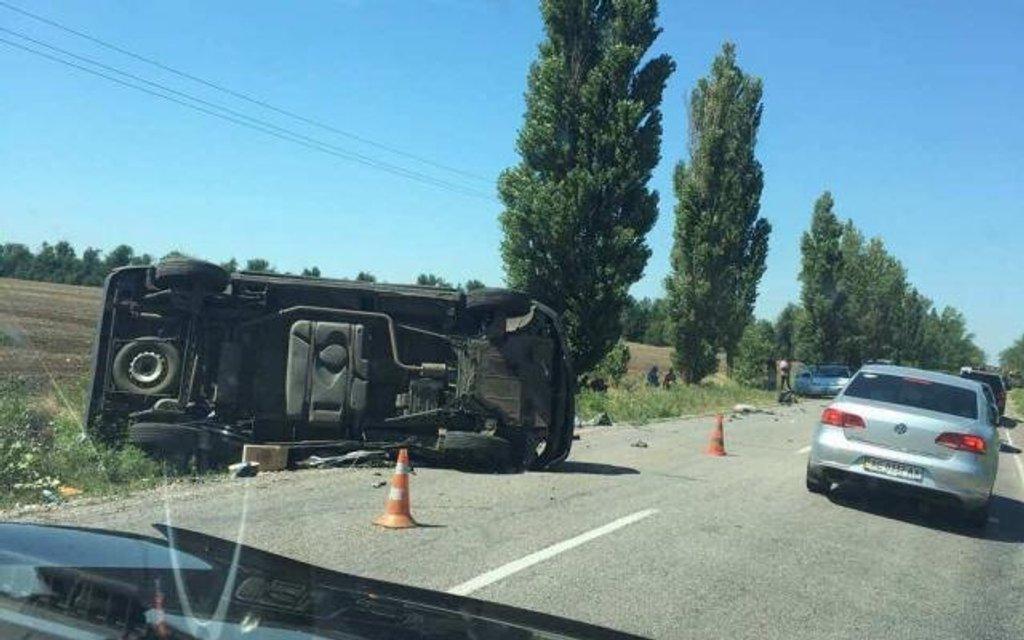 В Херсонской области бронемашина ВСУ въехала в микроавтобус - фото 62610