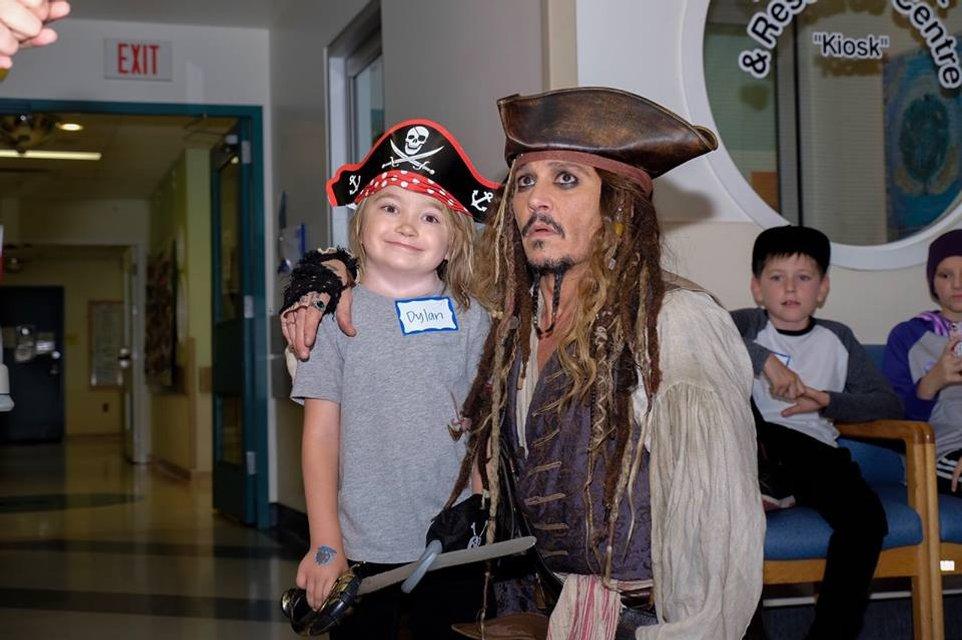 Джонни Депп в образе Джека Воробья посетил онкобольных детей в Ванкувере - фото 67365