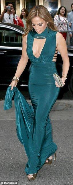 Дженнифер Лопес в платье с глубоким декольте произвела фурор  - фото 64435