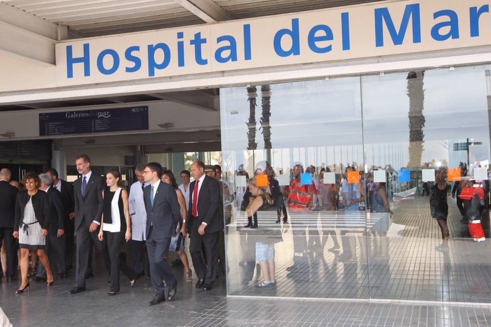 Королева Летиция и король Испании Фелипе навестили пострадавших от теракта в Барселоне - фото 68237