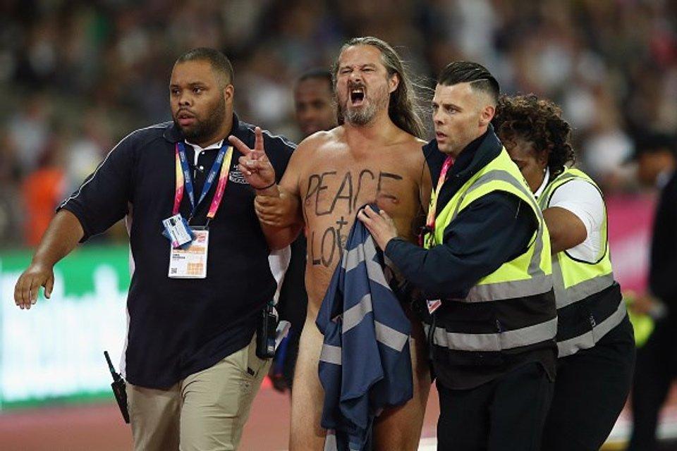 Восьмикратный олимпийский чемпион проиграл на ЧМ в Лондоне из-за голого мужчины (фото) - фото 64029