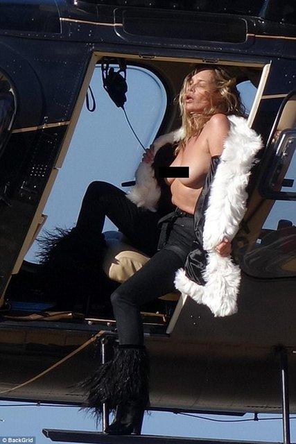 Кейт Мосс показала голую грудь на вертолете - фото 63383