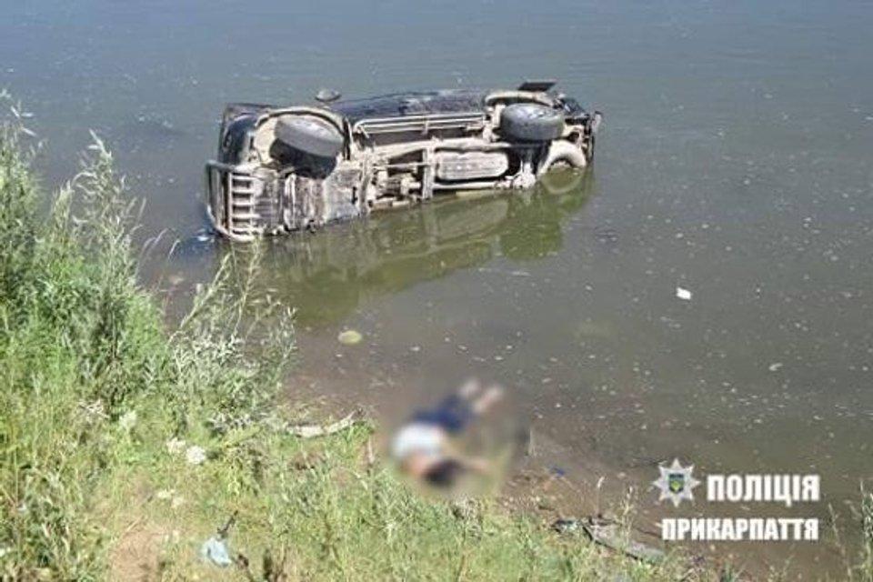 В Ивано-Франковской области пьяный депутат влетел в реку, есть погибший - фото 62686