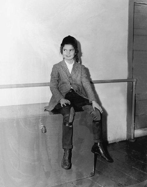 В сеть попали архивные фото юной Жаклин Кеннеди - фото 62351