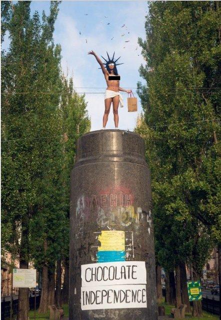Голая грудь и конфеты: Активистка Femen устроила перфоманс в центре Киева - фото 69000