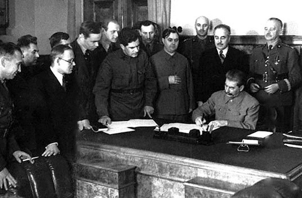 Сталін підписує радянсько-польську угоду про державний кордон - фото 66993