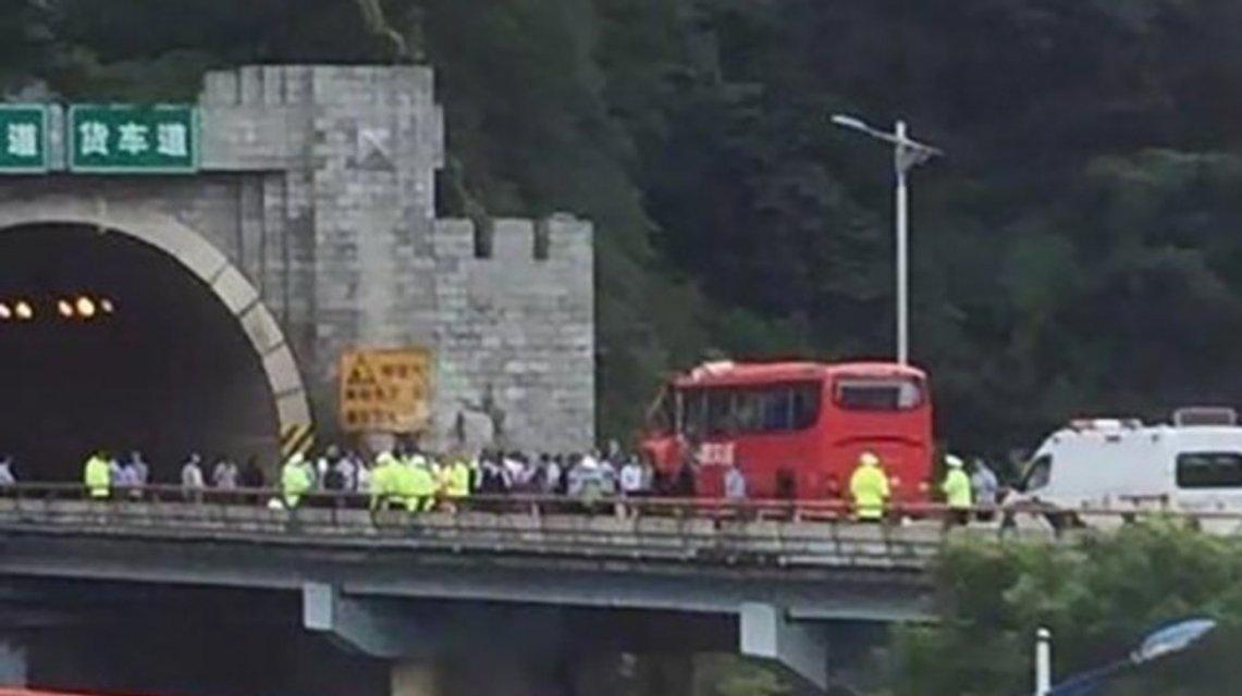 Автобус врезался в туннель - фото 65584