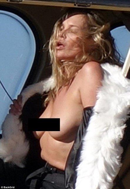 Кейт Мосс показала голую грудь на вертолете - фото 63384