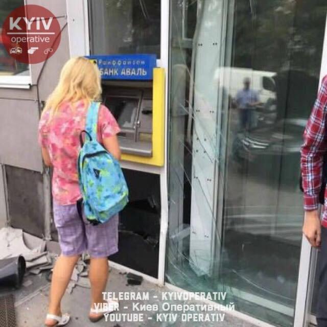 Перепутала передачи: киевлянка заехала в бизнеc-центр Vodafone Ukraine на авто - фото 66595