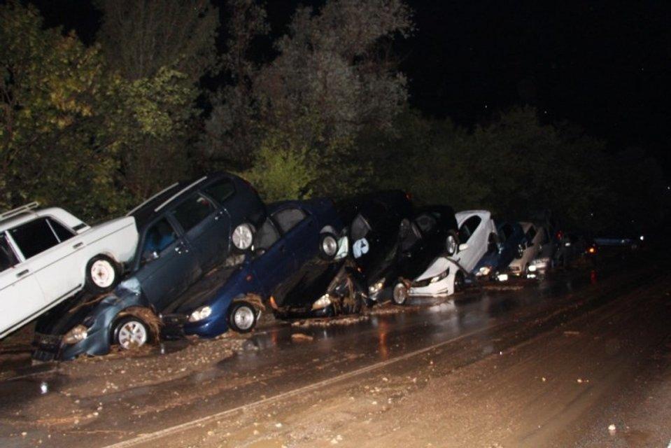 Возле Судака в Крыму сильным сходом водно-грязевого потока снесло 15 автомобилей  - фото 68016