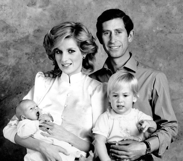 Принцесса Диана и принц Чарльз с детьми - принцами Гарри и Уильямом - фото 66567