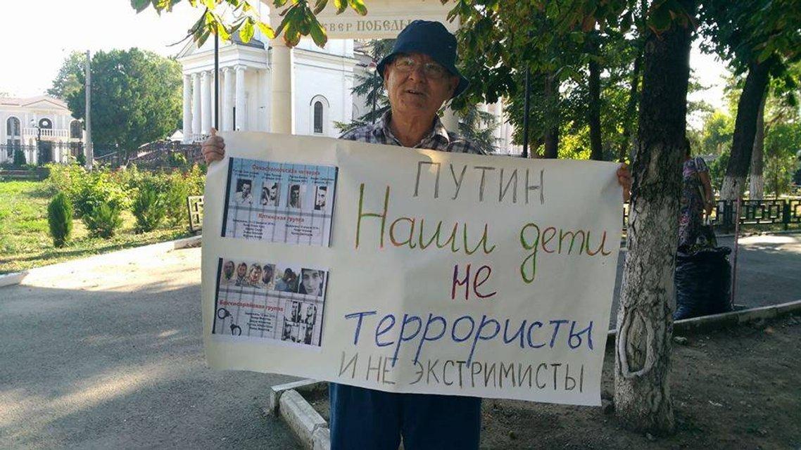 Пожилые крымские татары вышли на пикеты в поддержку задержанного 76-летнего заключенного - фото 66133
