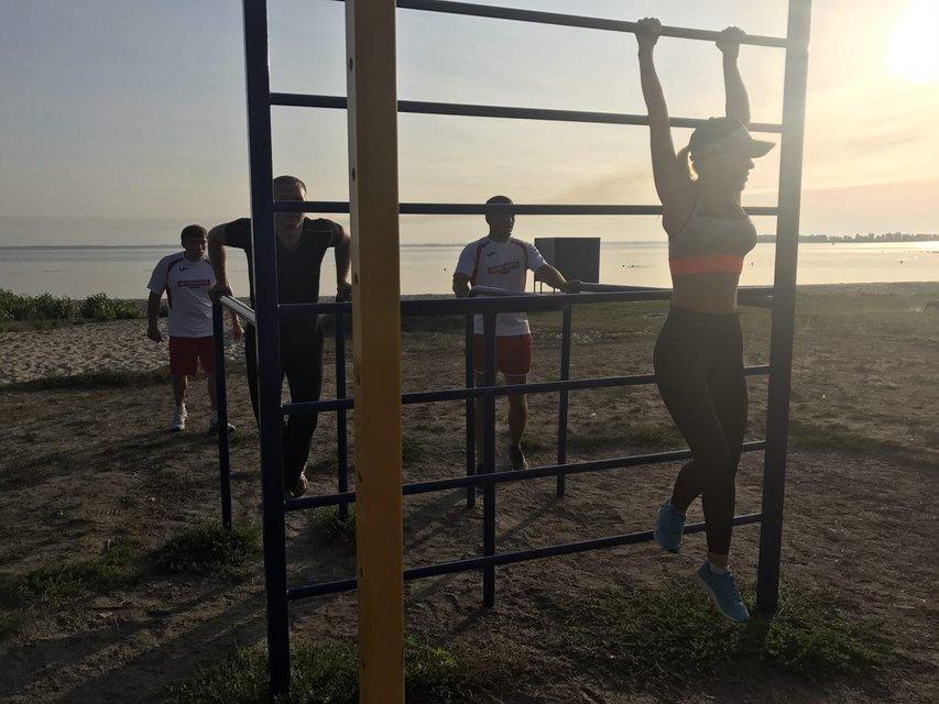 Алена Омаргалиева показала, как тренируется вместе с семьей - фото 66471