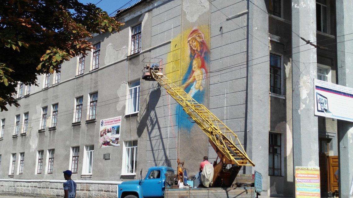 """Зрада"" у боевиков: на здании техникума в Горловке рисуют проукраинский мурал - фото 67316"
