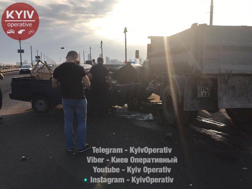 В Киеве забитый патронами ВАЗ врезался в грузовик - фото 69626