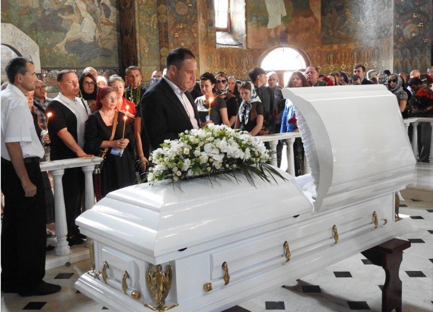 Дмитрий Добкин медитирует над гробом - фото 65370