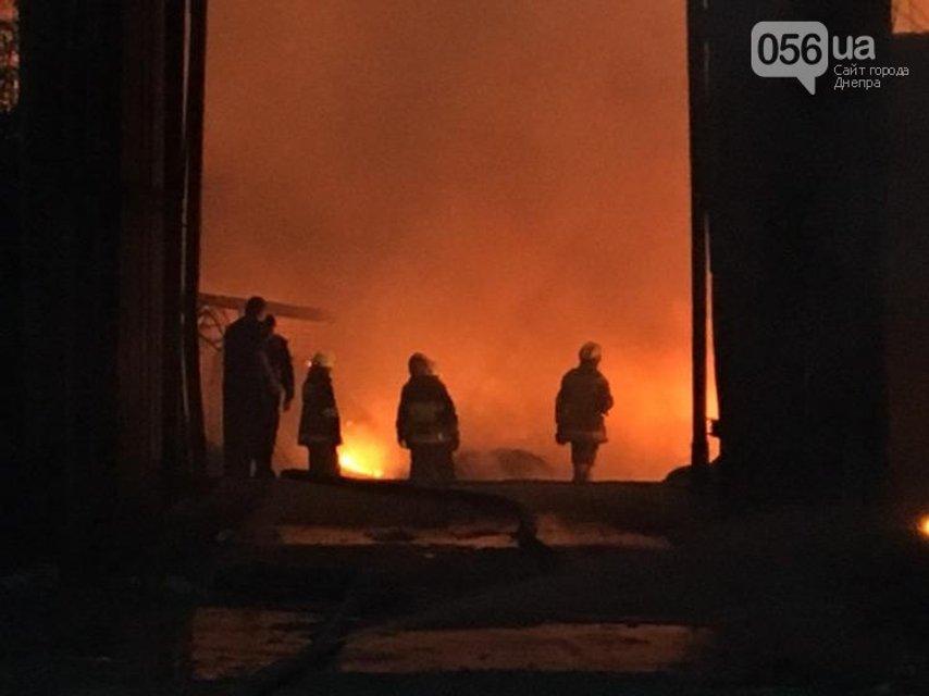 В Днепре сильный пожар на складах перекинулся на жилые дома - фото 67953