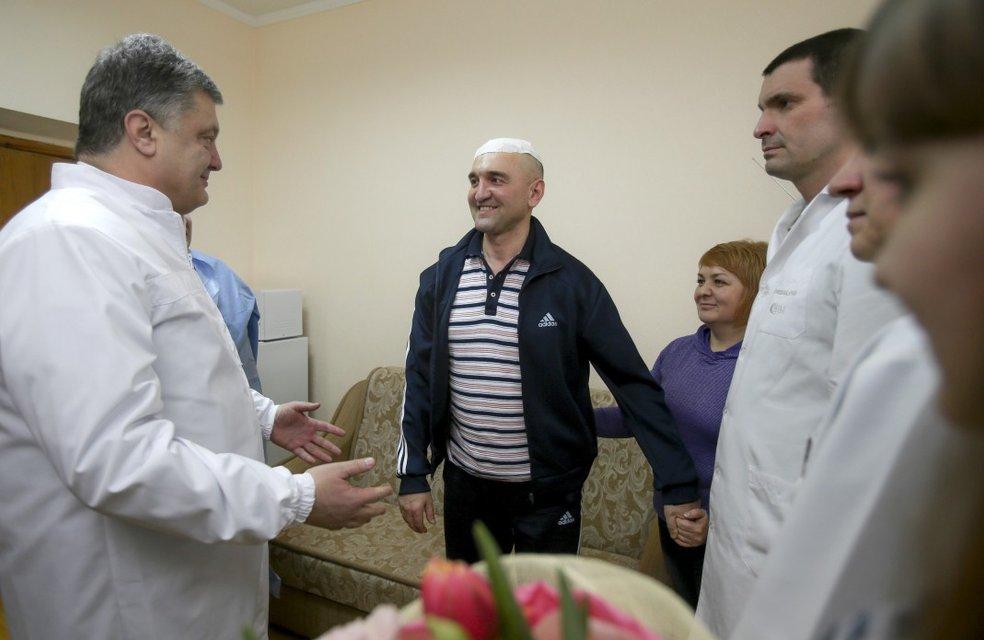 Ігор Гордійчук із дружиною зустрічають Петра Порошенка у шпиталі - фото 69064