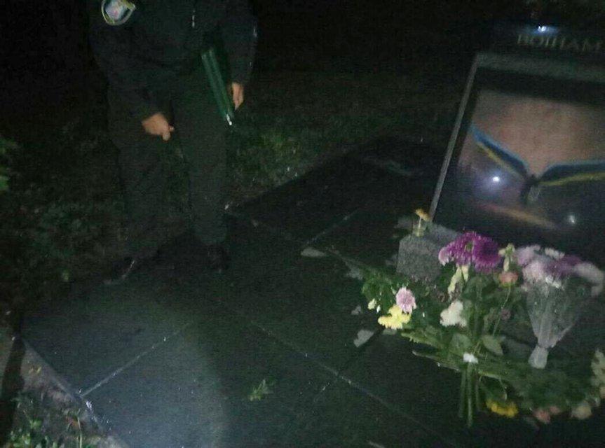 Памятник АТО в Киеве пытались взорвать и облили краской - фото 69402